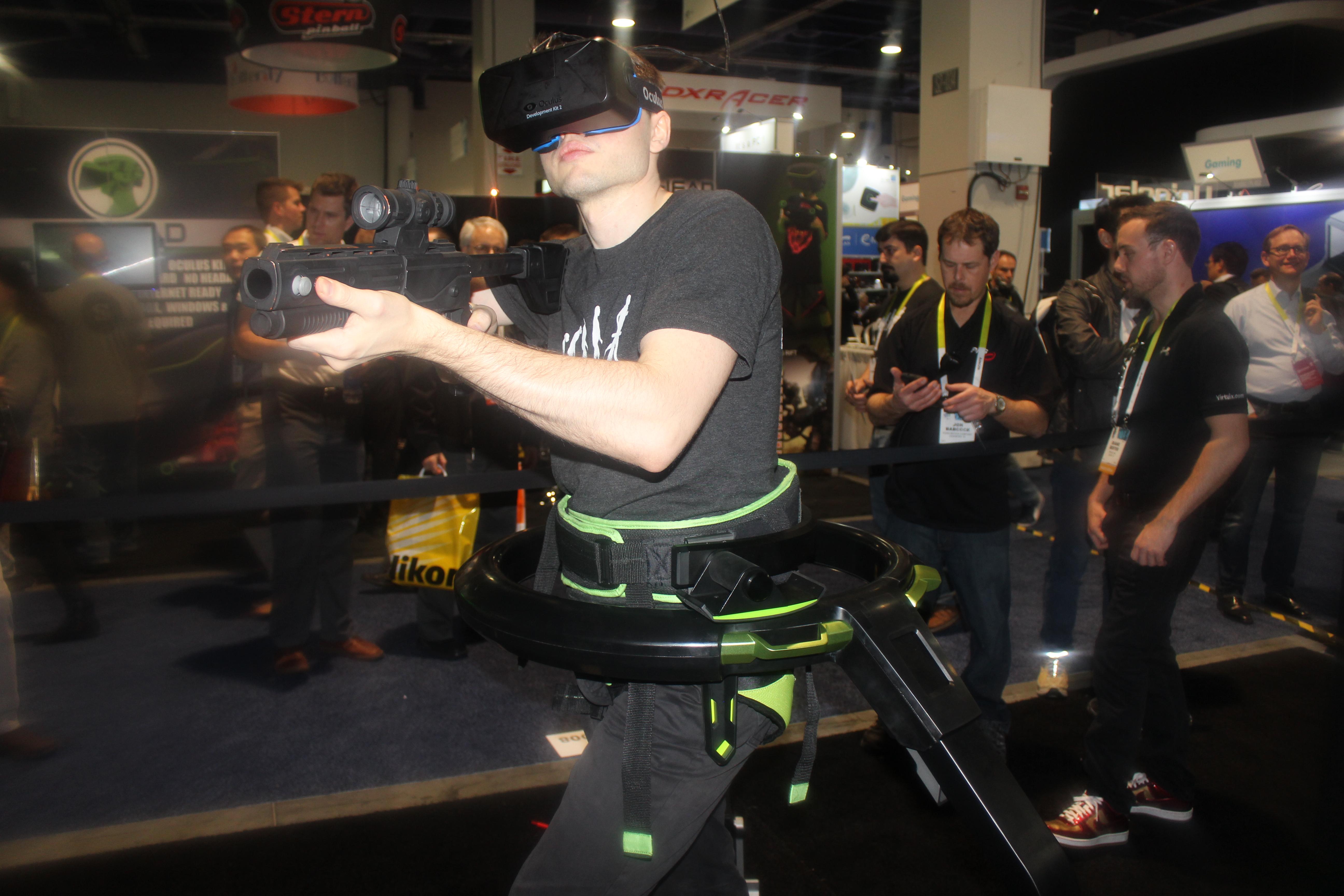 Беговая дорожка Virtuix Omni для виртуальной реальности на выставке CES 2015